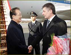 Wen Jiabao Arrives in St. Petersburg